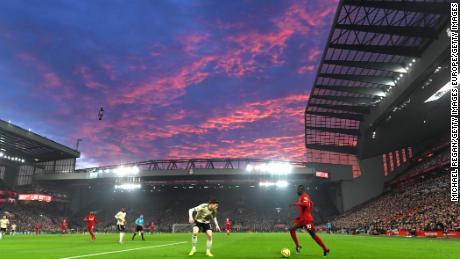 Mane affronta Victor Lindelof del Manchester United nella partita di Premier League tra Liverpool FC e Manchester United ad Anfield il 19 gennaio 2020.
