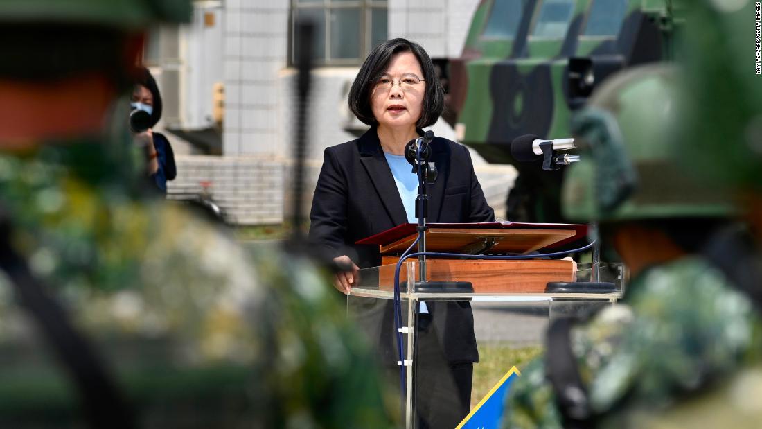 Il presidente taiwanese Tsai Ing-wen parla ai soldati in mezzo alla pandemia di coronavirus durante la sua visita a una base militare a Tainan, nel sud di Taiwan, il 9 aprile.