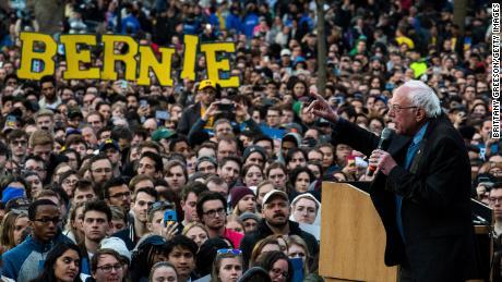 Sanders si rivolge ai sostenitori durante una manifestazione elettorale dell'8 marzo 2021 ad Ann Arbor, nel Michigan.