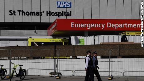 Gli agenti di polizia britannici sono in servizio fuori da St Thomas & # 39; Ospedale nel centro di Londra, dove il primo ministro britannico Boris Johnson è in terapia intensiva martedì 7 aprile.