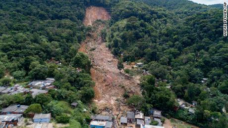 Gli alberi sono scomparsi dopo una frana causata da forti piogge nella città costiera di Guaruja.