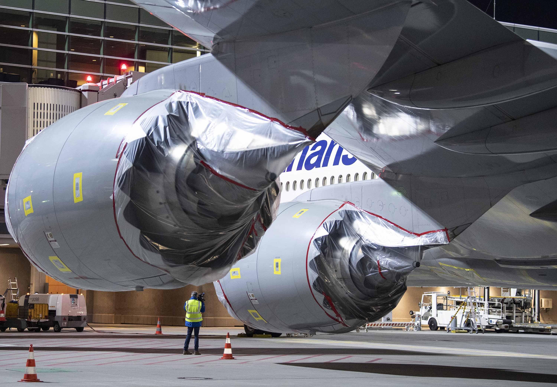 I motori di un Lufthansa Boeing 747 sono stati coperti con un film plastico all'aeroporto di Francoforte, in Assia, in Germania, l'8 aprile, mentre la compagnia aerea ha temporaneamente dismesso parte della sua flotta.