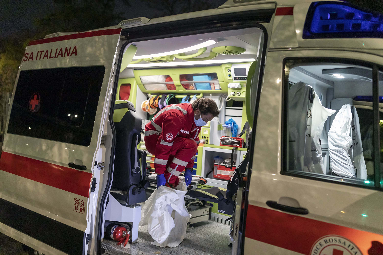 Marco Vangelista, un membro del team di ambulanze della Croce Rossa italiana, indossa l'equipaggiamento protettivo mentre risponde all'emergenza di un paziente coronavirus l'8 aprile a Bergamo, Italia.