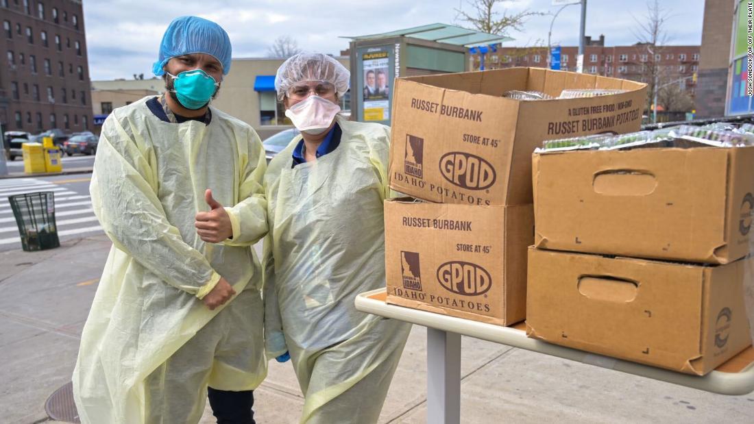 Gli operatori sanitari bosniaci inviano i pasti negli ospedali più colpiti di New York
