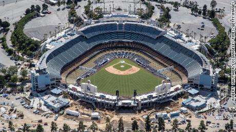 Il sindaco di Los Angeles afferma che grandi riunioni come concerti ed eventi sportivi potrebbero non tornare fino al 2021