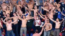 I fan dell'FC Minsk supportano la loro squadra durante l'epidemia di coronavirus.