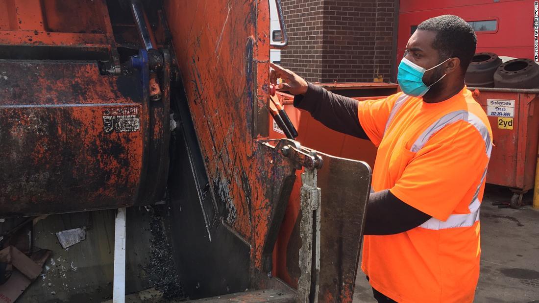 I raccoglitori di rifiuti sono sopraffatti dalla crescente quantità di rifiuti domestici