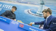 Firouzja (a sinistra) affronta il campione del mondo Carlsen.