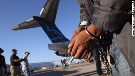 ICE Air: come funzionano i voli di espulsione americani