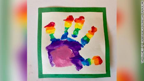 Il principe Louis dipinse la propria immagine arcobaleno, usando un impronta a mano.