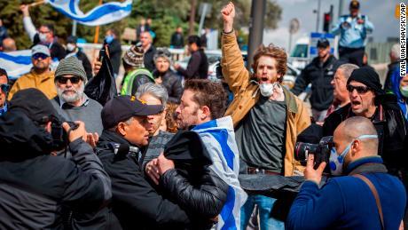 I manifestanti si sono radunati davanti alla Knesset giovedì.