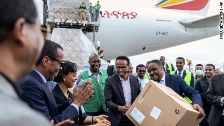 Paul Kagame, del Ruanda, ringrazia Jack Ma per il suo enorme tiro al braccio & # 39; dopo aver ricevuto una donazione di kit di test