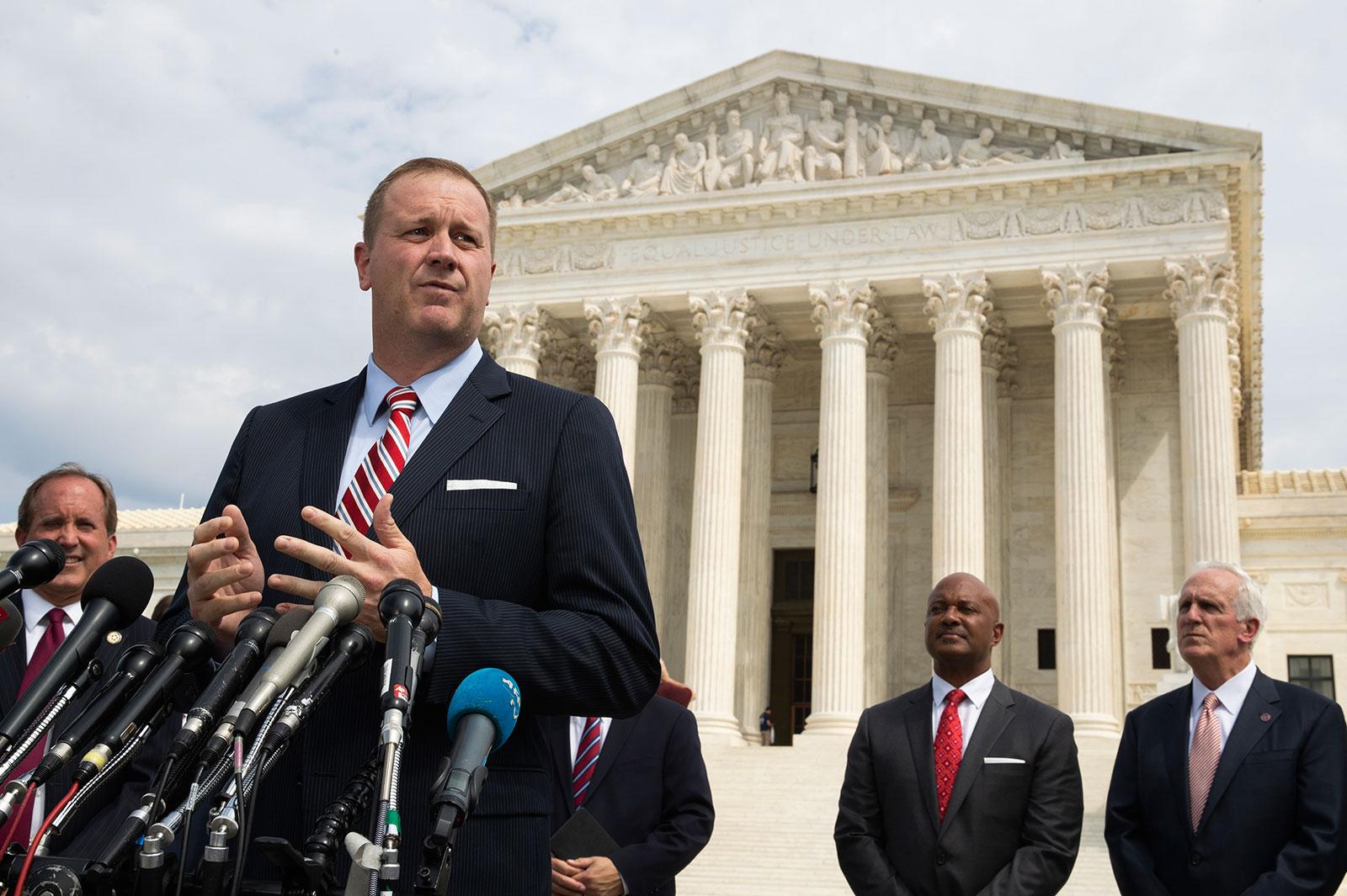 In questa foto d'archivio del 9 settembre 2019, il procuratore generale del Missouri Eric Schmitt parla davanti alla Corte suprema degli Stati Uniti a Washington.