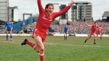 Mentre il manager del Liverpool, Kenny Dalglish, celebra dopo aver segnato il goal vincente che conferisce al Liverpool il campionato di Division 1 per la stagione 1985/86 dopo aver battuto il Chelsea per 1-0 allo Stamford Bridge.