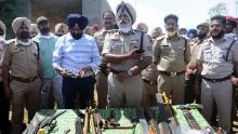 La polizia mostra armi affilate recuperate a Patiala, in India, il 12 aprile.