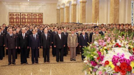 Questa foto del 15 aprile 2017 pubblicata dall'agenzia di stampa centrale coreana ufficiale per la Corea del Nord mostra il leader nordcoreano Kim Jong Un in visita al Kumsusan Sun Palace a Pyongyang per celebrare il 105 ° compleanno del defunto presidente Kim Il Sung.