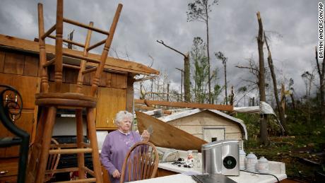 A nord-est con vento forte, dopo che i temporali hanno ucciso almeno 31 persone a sud