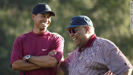 Tiger Woods & # 39; Padre Earl era la sua luce regia prima della sua morte nel 2006.