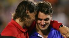 Rafael Nadal (a sinistra) consola Roger Federer dopo che lo spagnolo ha vinto gli Australian Open 2009.