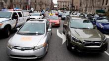 Manifestanti contro la polizia & # 39; Le auto bloccano il traffico mentre i manifestanti di Filadelfia chiedono alle autorità di liberare le persone dalle carceri, prigioni e centri di detenzione per immigrati il 30 marzo.