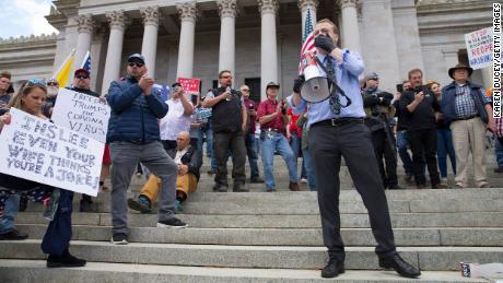 Il candidato del governatore Tim Eyman parla a una manifestazione per protestare contro l'ordine di rimanere nella casa dello stato di Washinton a Capitol Hill a Olympia domenica.