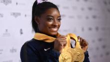 Simone Biles mostra il suo viaggio medaglia ai campionati del mondo.