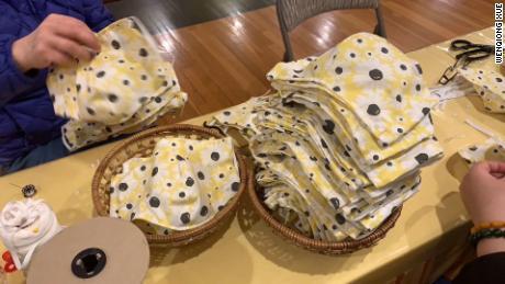 Il gruppo locale WeChat è riuscito a realizzare 1.300 maschere, come queste, in una sola settimana.