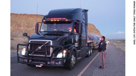 Un ufficiale di polizia della nazione Navajo fornisce a un camionista informazioni sul coprifuoco della nazione.