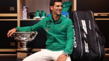 Novak Djokovic posa negli spogliatoi dopo aver vinto la sua ottava finale degli Australian Open.