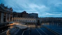 Papa Francesco presiede un momento di preghiera sul sagrato della Basilica di San Pietro il 27 marzo.