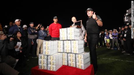 Phil Mickelson celebra dopo aver vinto $ 9 milioni per aver battuto Tiger Woods nel 2018.