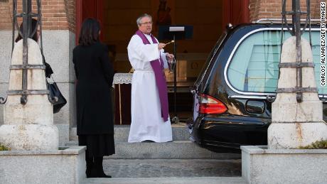 Il funerale al volante si svolge nell'epicentro della pandemia di coronavirus in Spagna