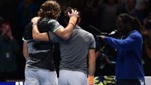 Stefanos Tsitsipas (a sinistra) ha battuto Dominic Thiem per vincere la finale ATP di domenica.