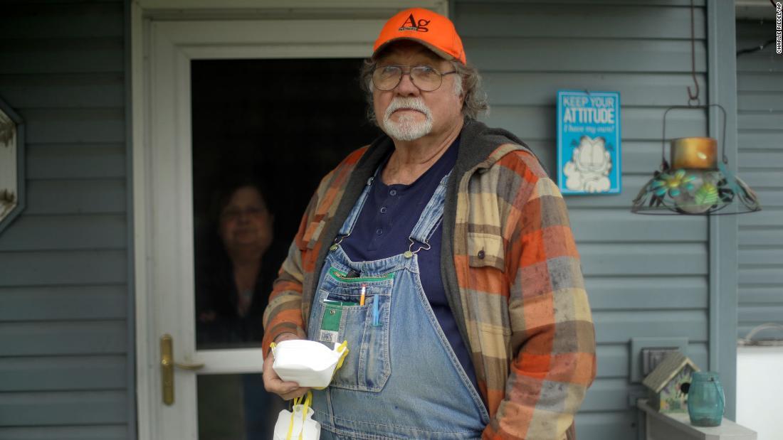 Un agricoltore del Kansas che ha inviato al Governatore di New York, Cuomo, una maschera N-95 ha ricevuto una laurea ad honorem