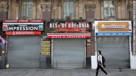 Le persiane sono chiuse nei negozi turistici chiusi di Londra il 12 maggio.