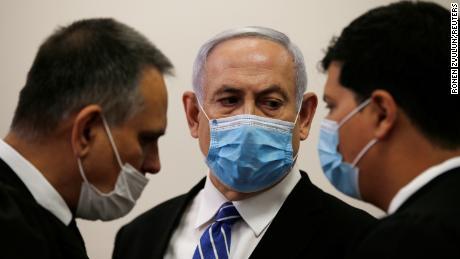Il primo ministro Benjamin Netanyahu è domenica con avvocati del tribunale distrettuale di Gerusalemme.