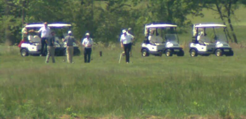 Trump gioca a golf nel suo club della Virginia in mezzo alla pandemia di coronavirus