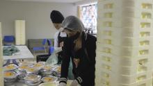 I volontari preparano alcuni dei 10.000 pasti che vengono distribuiti quotidianamente ai residenti della favela di Paraisopolis, quindi non devono lasciare le loro case per mangiare.