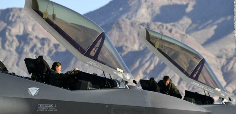 US Air Force rimuove le restrizioni di altezza per i piloti, aprendo la strada a più donne per servire