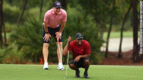 Woods e Manning hanno letto un putt sul sesto green durante la partita: Champions per beneficenza al Medalist Golf Club.