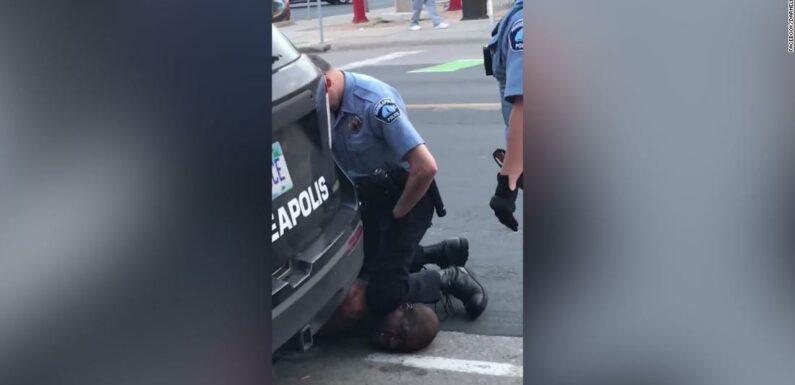L'FBI indaga sulla morte di un uomo di colore a Minneapolis dopo che il video mostra un poliziotto in ginocchio sul collo