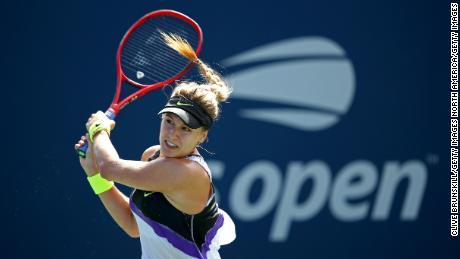 Bouchard restituisce la palla ad Anastasija Sevastova nella partita del primo turno delle singole donne del primo giorno degli US Open 2019.