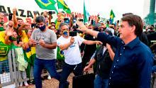 Il presidente brasiliano Jair Bolsonaro saluta i suoi sostenitori il 24 maggio.