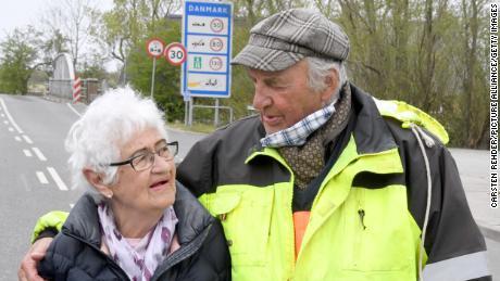 Una coppia si incontra al confine tra Germania e Danimarca.
