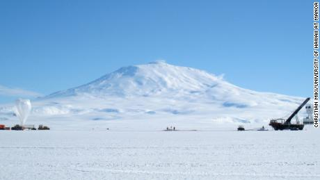 Il pallone trasporta l'esperienza ANITA nella stratosfera sopra l'Antartide, che si trova a 10,2 miglia sopra la superficie della Terra.