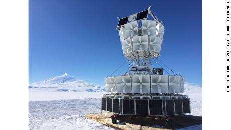Le 48 antenne ANITA sono rivolte al ghiaccio antartico su una gondola alta 25 piedi.