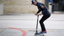 Daniel Ricciardo dimostra di essere altrettanto abile nel trattare con due ruote.