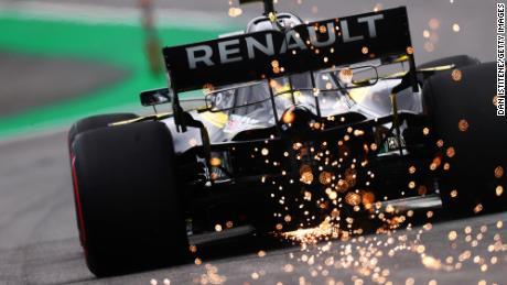 Le scintille volano dietro la Renault di Daniel Ricciardo durante le prove finali per il Gran Premio di F1 brasiliano all'Autodromo Jose Carlos Pace il 16 novembre 2019 a San Paolo, in Brasile.