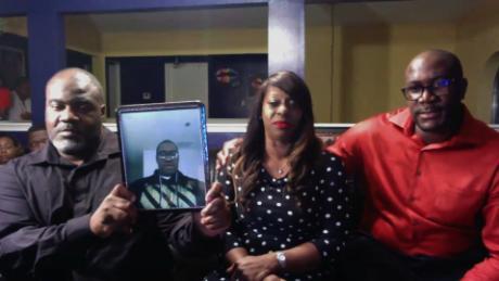 La famiglia di George Floyd afferma che quattro agenti coinvolti nella sua morte dovrebbero essere accusati di omicidio