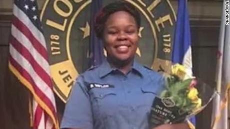 L'FBI ha aperto un'indagine sulla morte sparatoria del Kentucky EMT Breonna Taylor